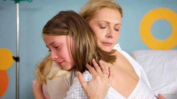Rico (Oliver Szerkus) erzählt seiner Mutter Sabrina Graf (Nadja Petri), dass die Jungs, die ihn verprügelten, ihn ständig als Freak bezeichnet haben. Sabrina bricht das Herz. Sie versichert ihrem Jungen, dass er das nicht ist.