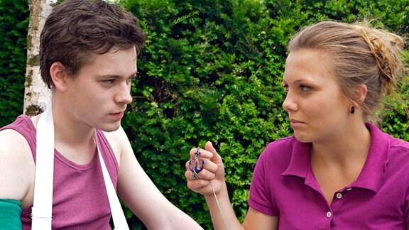 Nina Meinhardt (Leonie Fromme) bemerkt an Tims Wehners (Florian Bartholomäi) Arm eine Tätowierung, die fast genauso aussieht, wie das Amulett ihres Großvaters. Für Nina kann das kein Zufall sein. Sie sieht es als Zeichen und hängt sich an Tim.
