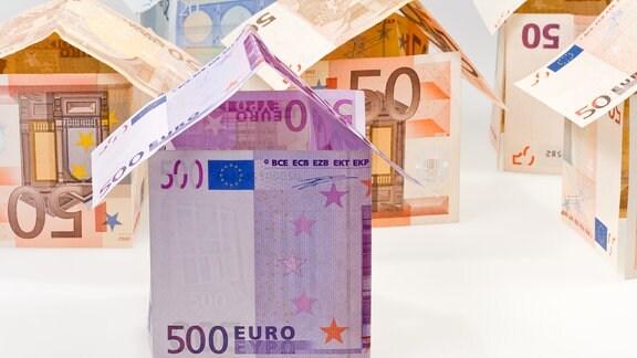 Wohnhäuser aus Geldscheinen