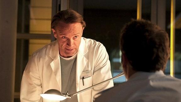 Dr. Stein schaut vorwurfsvoll