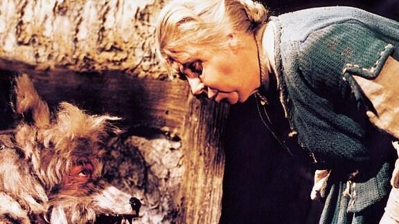 Rotkäppchens Großmutter (Friedel Nowack) entdeckt den versteckten Wolf (Werner Dissel) in ihrem Haus.