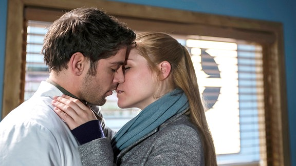 Niklas (Roy Peter Link, l.) und Julia (Mirka Pigulla, r.) kommen sich zum zweiten Mal näher, nachdem Julia ihn beim ersten Kuss abblitzen ließ.