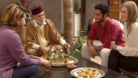 Anna Hausburg als Leonie, Rachid Berrade und Fatiha Ouatil als Eltern und Ismail Zagros als Ahmed