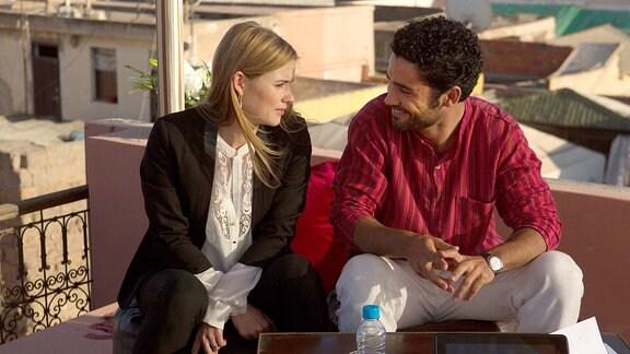 Anna Hausburg als Leonie und Ismail Zagros als Ahmed