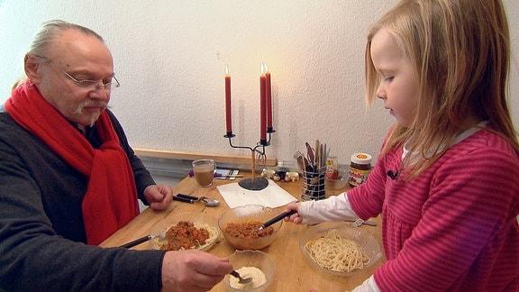 Bolognese-Party für die kleine Sophie - Papa Michael hat wieder frisch gekocht.