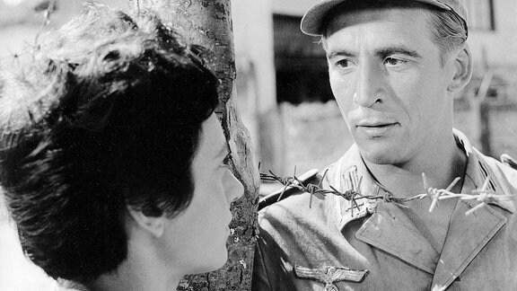 Wehrmachts-Unteroffiziert Walter (Jürgen Frohriep) begegnet der Jüdin Ruth (Sasha Krusharska). Weitere Fotos erhalten Sie auf Anfrage.