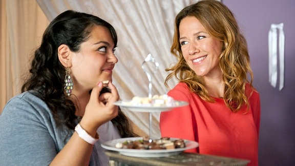 Hochzeitsplanerin Rosa (Alexandra Neldel) und ihre Assistentin Meral (Sara Fazilat, li.).