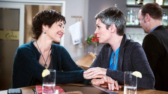 Sydney (Cheryl Shepard, 2.v.r.) und Merle (Anja Franke, l.) geraten in romantische Schwärmerei von Sydneys Besuchen bei Mathis in Porto (mit Komparse, r.).