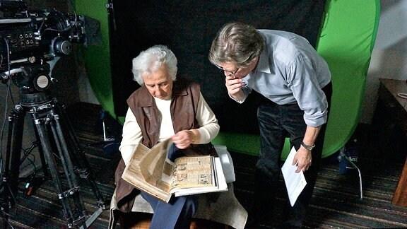 André Singer (Creative Director & CEO Springerfilms) und die Holocaust-Überlebende Anita Lasker-Wallfisch während der Dreharbeiten