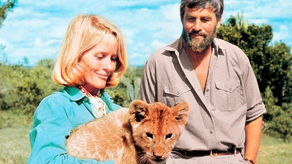 "Joy (Virginia McKenna) und George Adamson (Bill Travers) mit Elsa, der ""Königin der Wildnis""."