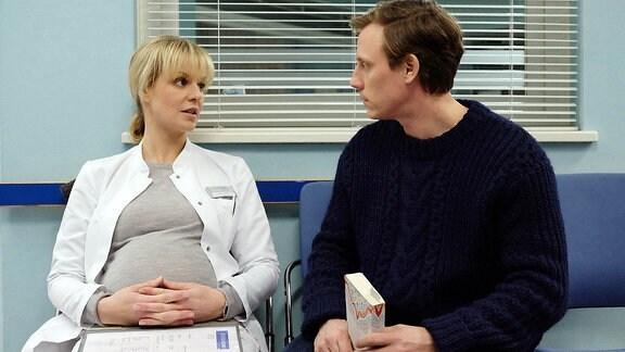 ܜberraschend taucht Jenne Derbeck (Patrick Kalupa) in der Sachsenklinik auf. Er weiߟ sofort, dass er der Vater von Lea Peters (Anja Nejarri) ungeborenem Kind ist.