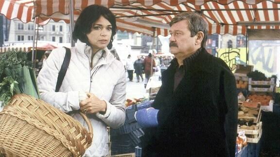 Dr. Renate Busse (Gerit Kling) hätte ein Motiv für den Mord an ihren Kollegen. Kommissar Schneider (Wolfgang Winkler) überprüft ihr Alibi.