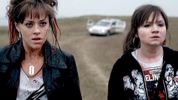 Die 17-jährige Sonja Hokberg (Susannah Fielding, li) und ihre Freundin Eva (Angela Terence) haben einen Taxifahrer erschlagen.
