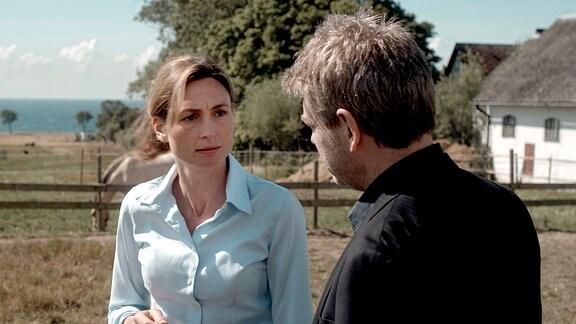 Kommissar Wallander (Kenneth Branagh) spricht mit Marianne Falk (Annabel Mullion).