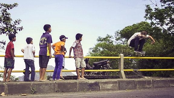 Kinder beobachten Skateboarder Tom Kleinschmidt