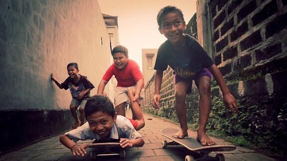 Kinder auf Skateboards