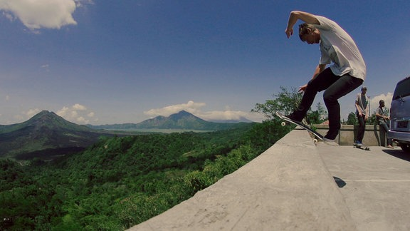 Tom Kleinschmidt vor der Landschaft Indonesiens
