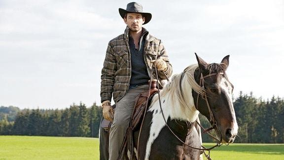 Max (Marc Benjamin) züchtet Albbüffel, wenn die abgehauen sind, sucht er sie per Pferd.
