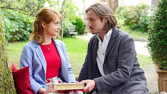 Im Traum genießt Rebecca (Julia Alice Ludwig, l.) ihre Liebe mit William (Alexander Milz, r.).