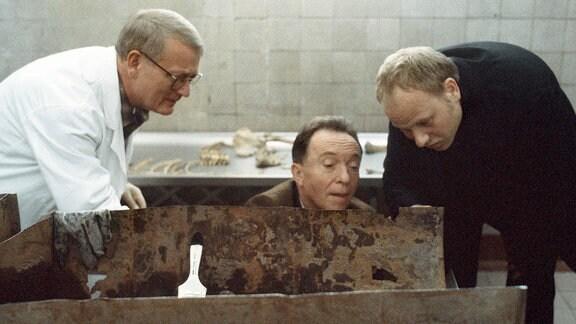 Schwierige Ermittlungen für die Kommissare Kain (Bernd Michael Lade, rechts) und Ehrlicher (Peter Sodann, mitte). Für Kriminaltechniker Walter (Walter Nickel) ist die stark verweste Leiche schwer zu identifizieren.