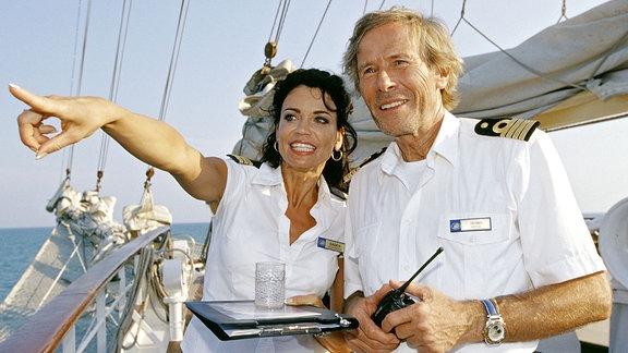 Kapitän Jensen (Horst Janson) und seine Cruisedirektorin Saskia (Gerit Kling).
