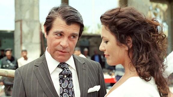 Der Ągypter Yussuf (Oliver Tobias) macht Cruisedirektorin Marlene (Christine Neubauer) schöne Augen.