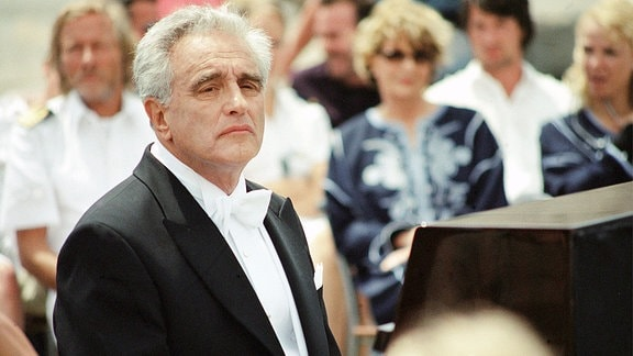 """Der berühmte Pianist Caspari (Michael Degen) ist verzweifelt, weil er glaubt, aufgrund seiner """"schwerwiegenden"""" Erkrankung, zukünftig nicht mehr Klavierspielen zu können."""