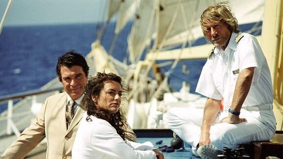 Der Ägypter Yussuf (Oliver Tobias, li.) hat ein Auge auf Cruisedirektorin Marlene (Christine Neubauer) geworfen, was Kapitän Bernd Jensen (Horst Janson) beunruhigt.