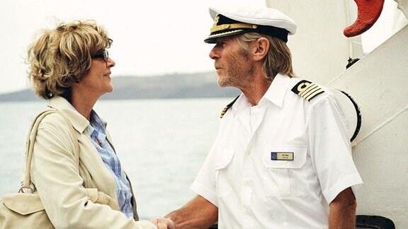 """Kapitän Bernd Jensen (Horst Janson) begrüߟt Vera (Gila von Weitershausen) an Bord der """"Star Clipper""""."""