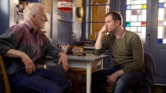 Felix (Christoph Schechinger) ist entsetzt als er erfährt, dass sein Vater Johannes (Ernst Stötzner, li.) die Felder verkauft hat.