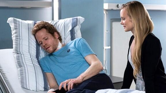 Nach der fehlgeschlagenen Behandlungsmöglichkeit will Thorsten Schwartz (Laurens Walter, l.) sich auch nicht mehr auf Helene Böhm (Anne Kanis, r.) einlassen.