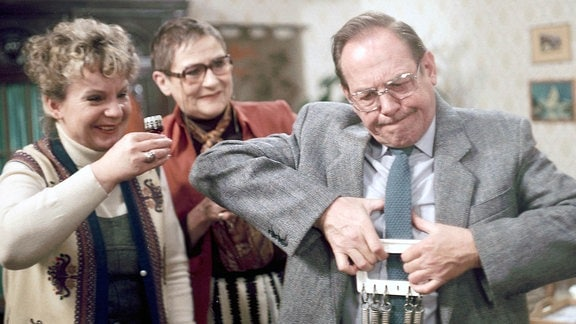 Ingeborg Krabbe (Martha), Ursula Braun (Anna), Herbert Köfer (Herr Martin) beim fröhlichen Likör trinken