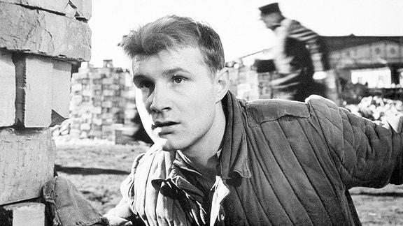 Bauarbeiter Dieter (Eckehard Schall) gehört zu den jungen Leuten, die sich in Berlin - Ecke Schönhauser treffen. Durch Karl-Heinz, einen seiner Kumpel, gerät er in tragische Situationen.