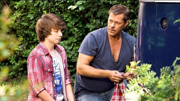 Nach anfänglichem Misstrauen kann Vincent (Sven Martinek, re.) die Zuneigung seines Sohnes Phillip (Lukas Schust) gewinnen