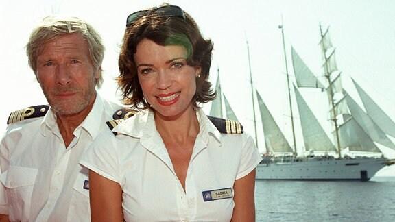 Kapitän Bernd und seine neue Cruisedirektorin Saskia stehen vor ihrem Segelboot.