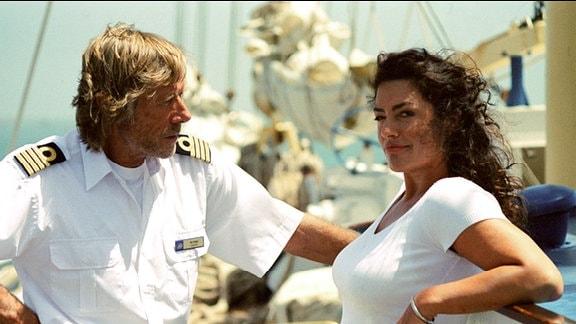 Kapitän Bernd Jensen (Horst Janson) redet ein ernstes Wort mit seiner Cruisedirektorin Marlene (Christine Neubauer).