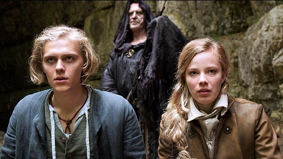 Felix (Jacub Gierszal) und seine Prinzessin Isabell (Saskia Rosendahl) bangen auf dem Boot des Fährmanns (Wilfried Pucher) um ihre Befreiung.