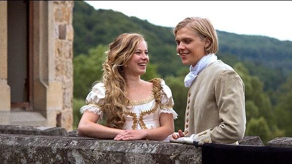 Felix (Jacub Gierszal, r) und Prinzessin Isabell (Saskia Rosendahl, l.)