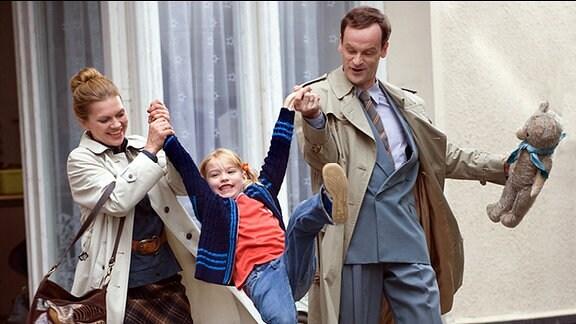 Falk (Jörg Hartmann, r.) versucht Vera Kupfer (Anna Loos, l.) zu überzeugen, die kleine Sonja (Maja Brandau, M.) zu adoptieren. Er hofft so, seine zerrüttete Ehe zu retten.