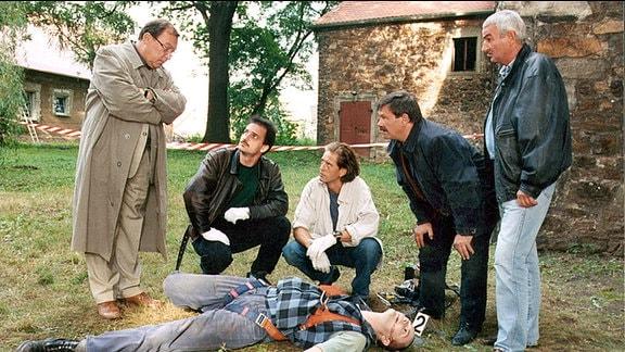 Die Kommissare Schmücke (Jaecki Schwarz) und Schneider (Wolfgang Winkler) stehen vor einem neuen Fall. Der Restaurator Sebastian Pechmann ist vom Dach eines Kirchturms gestürzt