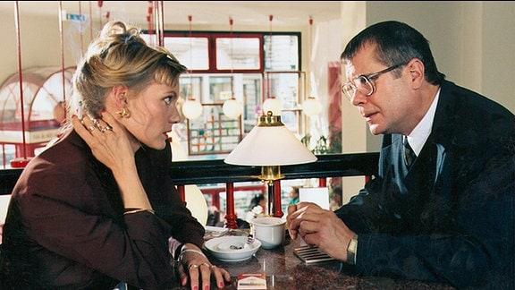 Simone Schumacher (Anke Schwiekowski) holt sich Rat bei Jaskulla (Holger Schwiers)