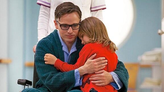 Clemens Scholz (Nils Nelleßen) und seine Tochter Maja (Helena Pieske)