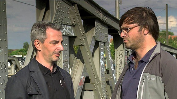 Frank Ebert (li.) und Riccardo Barkawitz (re.) auf der Bornholmer Brücke in Berlin.