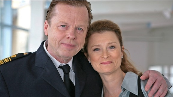 Kurt Wallander (Krister Henriksson) geht mit Staatsanwältin Katarina Ahlsell (Lena Endre) auf einen Polizeiball