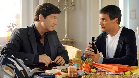Christian (Francis Fulton-Smith, l.) spricht mit seinem Schwiegersohn Michael (Luca Zamperoni, r.) über den Vorfall im Krankenhaus.