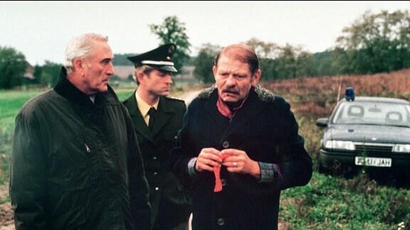 Wieder ist ein Mädchen verschwunden und Udo (Joachim Zschocke, li.)hat es als Letzter gesehen. Kommissar Beck (Günter Naumann, re.) und Großkopf (Manfred Gorr) verhören ihn.