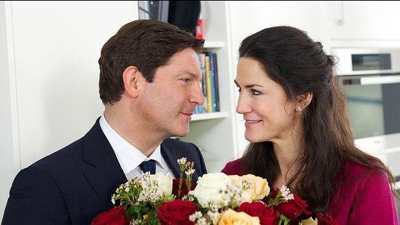 Florian (Francis Fulton-Smith) und seine Lebenspartnerin Sarah (Mariella Ahrens) liegen auf einer Wellenlänge.