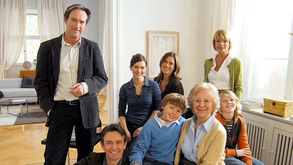Weinhändler Marius Perlinger (Helmut Zierl, li.) kommt durch eine Erbschaft in Kontakt mit dem Familienbetrieb Maibach, der von Barbara Herzog (Uschi Glas, re.) geleitet wird