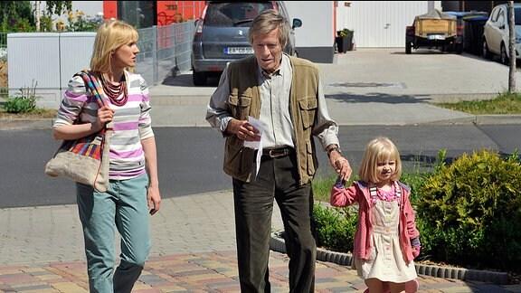 Friedrich (Horst Janson, M.) sollte seine Enkelin Leonie (Emilia Pieske, r.) vom Kindergarten abholen. Nora (Winnie Böwe, l.) ist geschockt, als sie erfährt, dass er dies einfach vergessen hat.