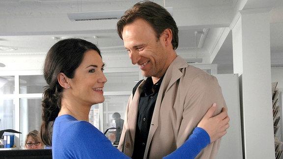 Sarah Pohl (Mariella Ahrens) freut sich sehr, nach langer Zeit ihren Ex-Kollegen und Ex-Freund Thomas (Bernhard Bettermann) wiederzusehen.